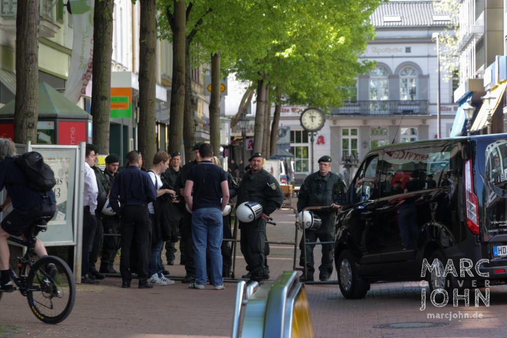PRO NRW Aktivisten bei der Einlasskontrolle an der Bahnhofstraße.