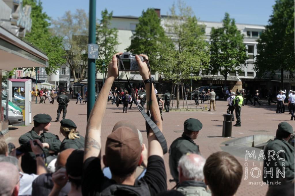 Gegendemonstranten stürmen den für sie gesperrten Bereich des Theaterplatzes und starteten ihre friedliche Sitzblockade