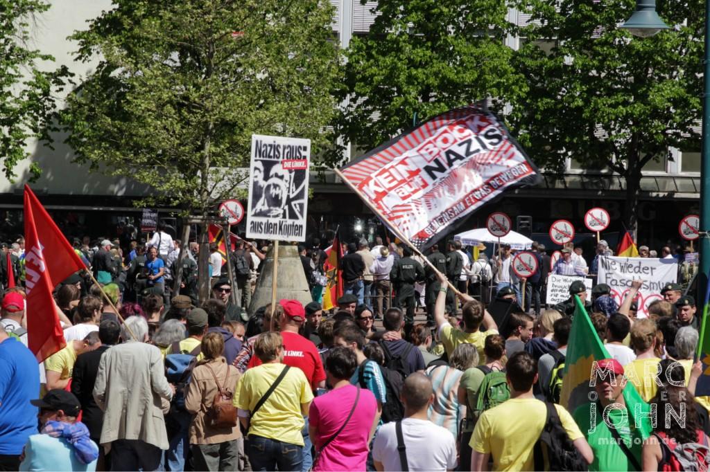 Die provozierenden Aktivisten von PRO NRW  und die größere Gemeinschaft der Gegendemonstranten stehen sich gegenüber